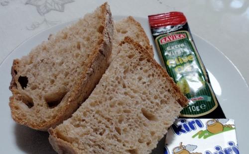 パンとオリーブオイルとチーズ
