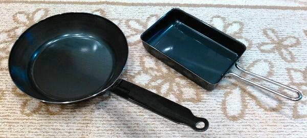 鉄のフライパンと卵焼き